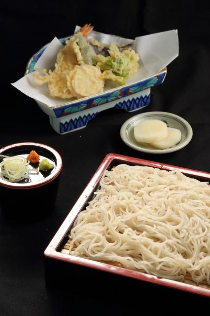 毎日打つ更科粉の十割蕎麦は白くてコシがあり喉越し抜群のお蕎麦です。