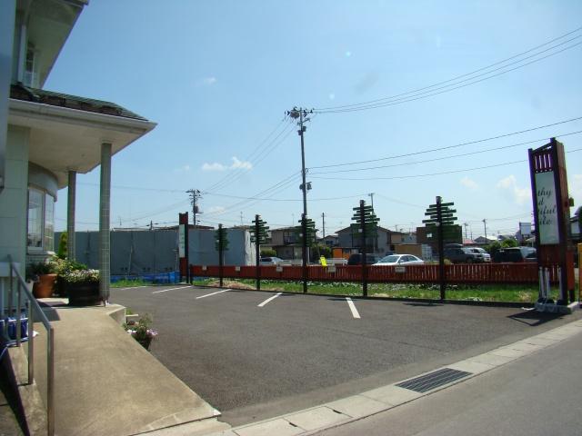医院の前には駐車場もご用意しております。