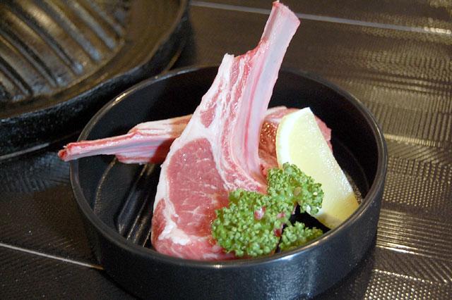 ラムチョップ(1本 680円) ボリューム満点!肉の味を堪能!