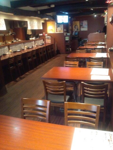 1Fにはカウンターとイステーブル席があります!